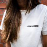 Ein nachhaltiges T-Shirt aus Biobaumwolle. Das T-Shirt wurde in Hamburg nach Eingang der Bestellung produziert, um Überproduktion zu vermeiden.