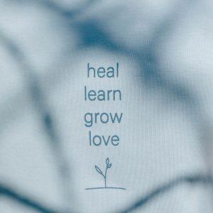 nhoia-hamburg-biobaumwolle-handgefertigt-weiches-nachhaltiges-t-shirt-heal-learn-grow-love