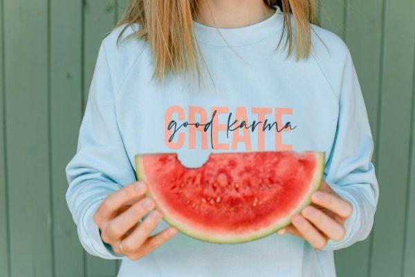 nhoia-hamburg-biobaumwolle-handgefertigt-weiches-nachhaltiges-t-shirt-pullover-create-good-karma
