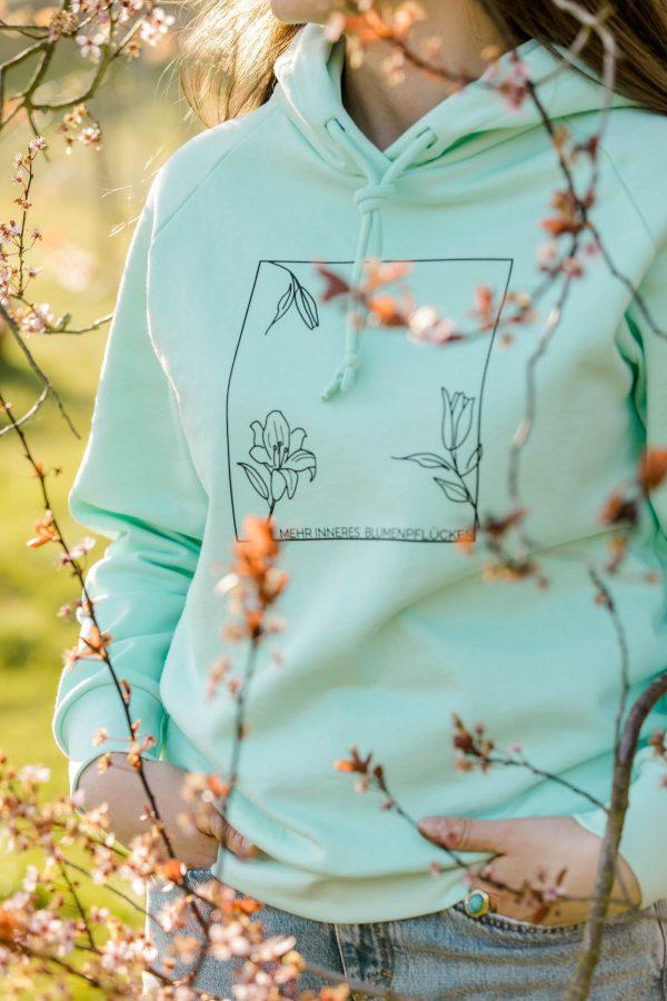 nhoia-hamburg-biobaumwolle-handgefertigt-weiches-nachhaltiges-t-shirt-pullover-hoodie-mehr-inneres-blumenpflücken