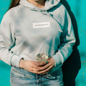 nhoia-hamburg-biobaumwolle-handgefertigt-weiches-nachhaltiges-t-shirt-pullover-hoodie-nur-die-weinkarte
