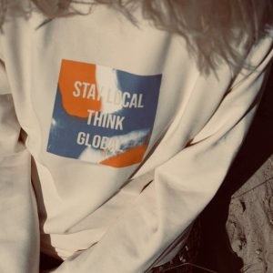 nhoia-hamburg-biobaumwolle-handgefertigt-weicher-nachhaltiger-hoodie-xxl-kapuze-stay-local-think-global_3