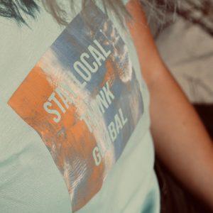 nhoia-hamburg-biobaumwolle-handgefertigt-weiches-nachhaltiges-t-shirt-stay-local-think-global_2