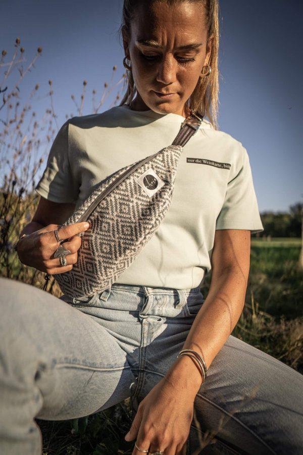 nhoia-hamburg-biobaumwolle-handgefertigt-t-shirt-pullover-hoodie-bumbag-gürteltasche-upcycling00037